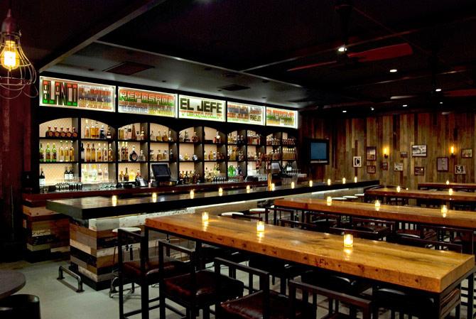 Restaurants Crème - High top communal table